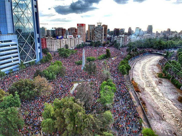 800px-Marcha_Mas_Grande_De_Chile_2019_Plaza_Baquedano_Drone