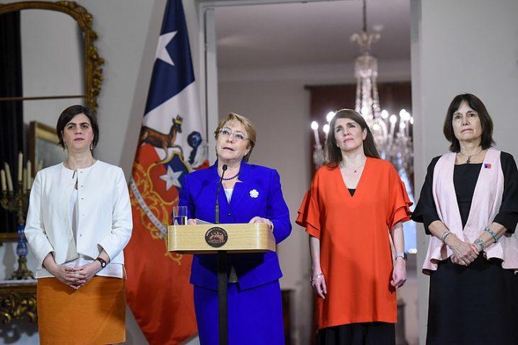 800px-Michelle_Bachelet_junto_a_ministras_se_refiere_al_aborto_en_3_causales_36550378922